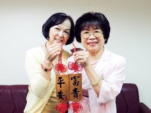 鍾夫人致贈黃總幹事中國結一對